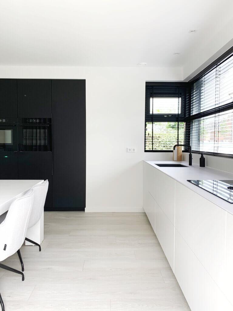 keukeninspiratie greeploze keuken wit zwart