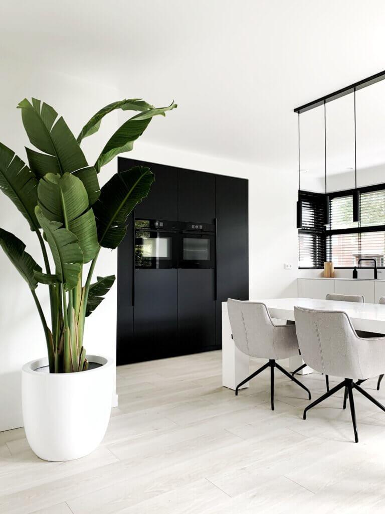 keuken maatwerk zwart wit strak greeploos