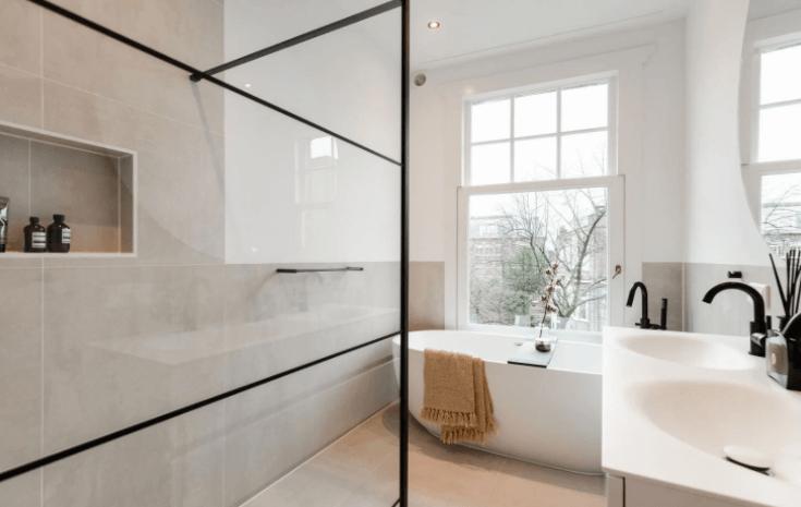 badkamerinrichting: badkamer tegels of stucen