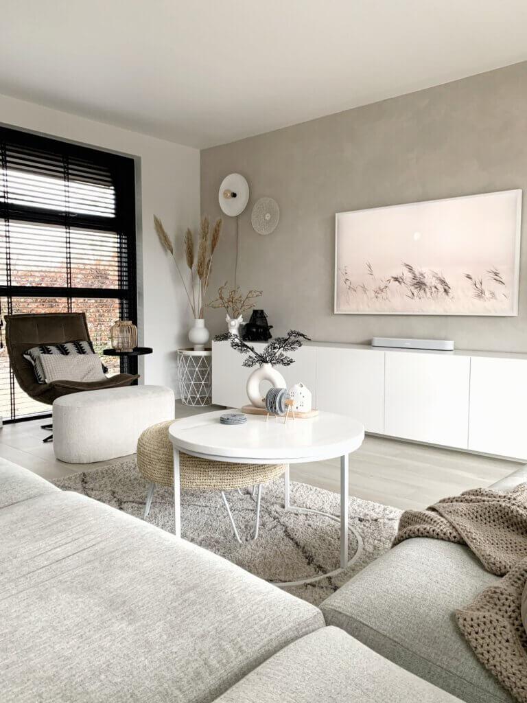 betonlook muur woonkamer